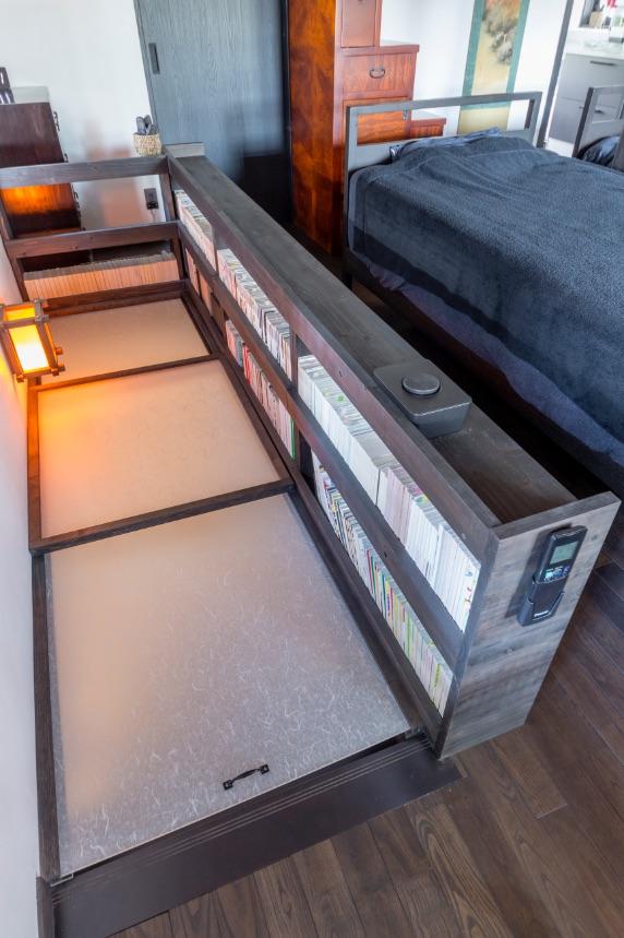 冷暖房効率を上げるため、階段に透過性のあるアクリル板をスライドで開閉できるようにしました。