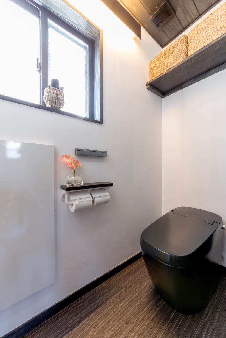 壁埋め込み式の収納など、すっきりにこだわったトイレ。