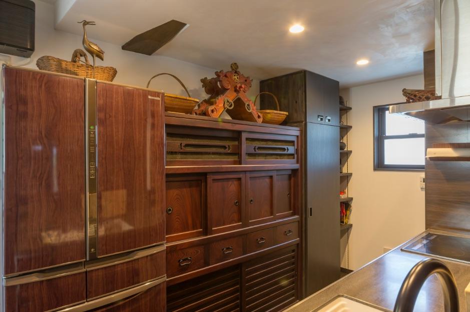 蔵を整理した際に出てきた古い水屋を再生し、キッチン収納として活用。