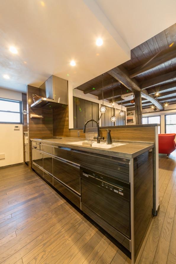 キッチンとキッチンパネルは、部屋の雰囲気に合う木目をチョイス。洗い物の動線を考え、右側に食洗機を設置。
