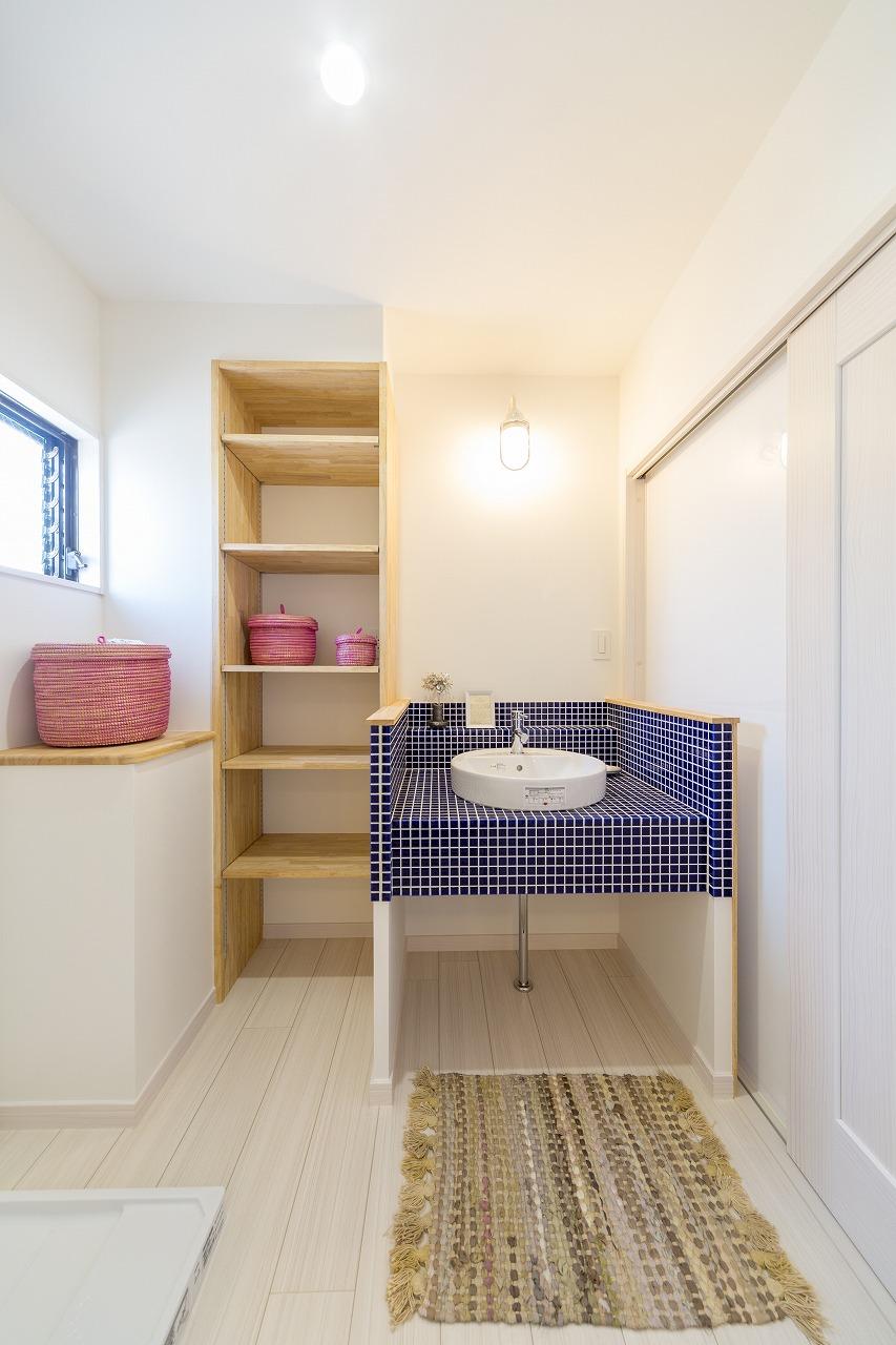 広島市│タイルが印象的な造作洗面台
