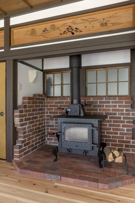 家の中心に置いた薪ストーブ。壁を囲う耐火レンガの端はあえてランダムに。