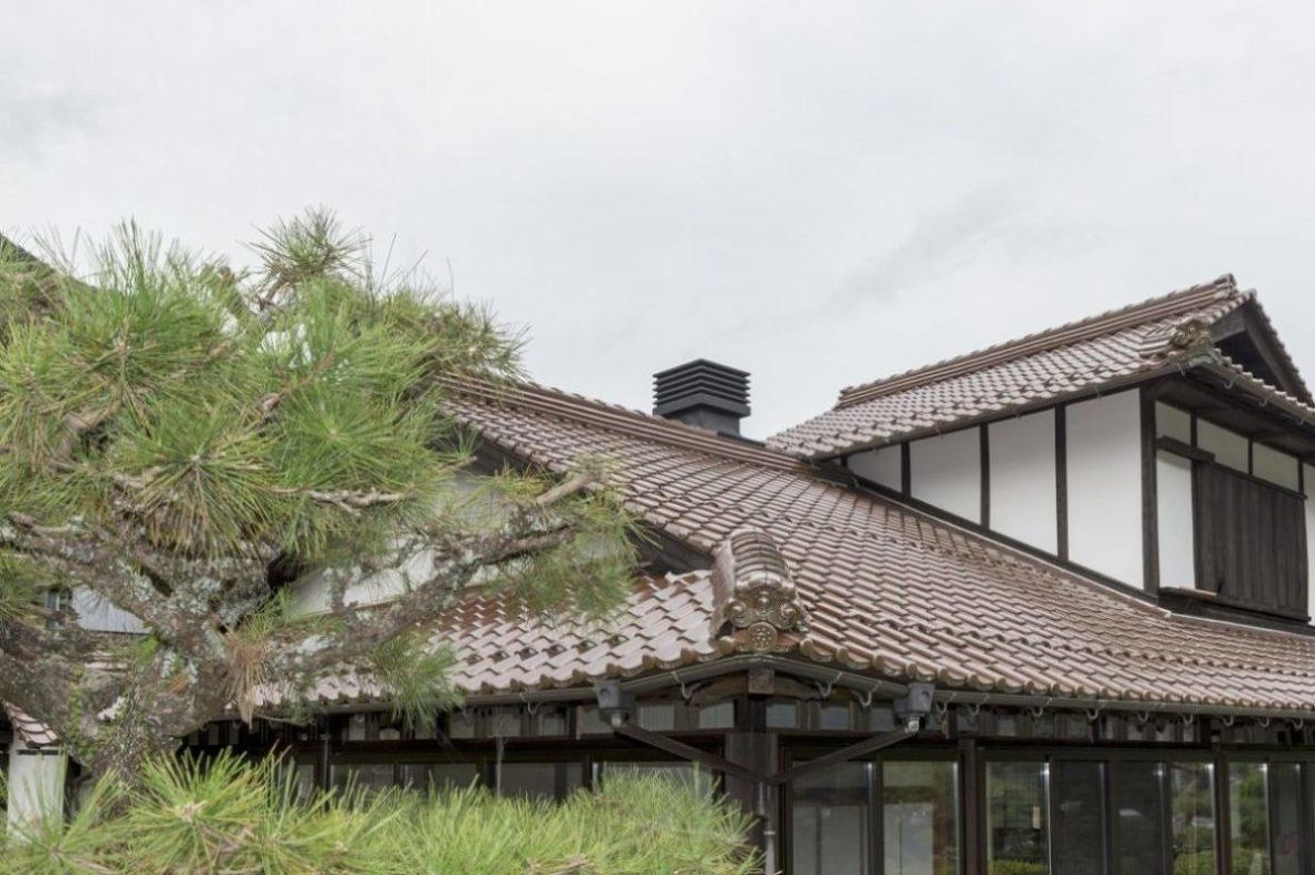 屋根に穴をあけられる場所を検討し、配管工事を行った薪ストーブの煙突。