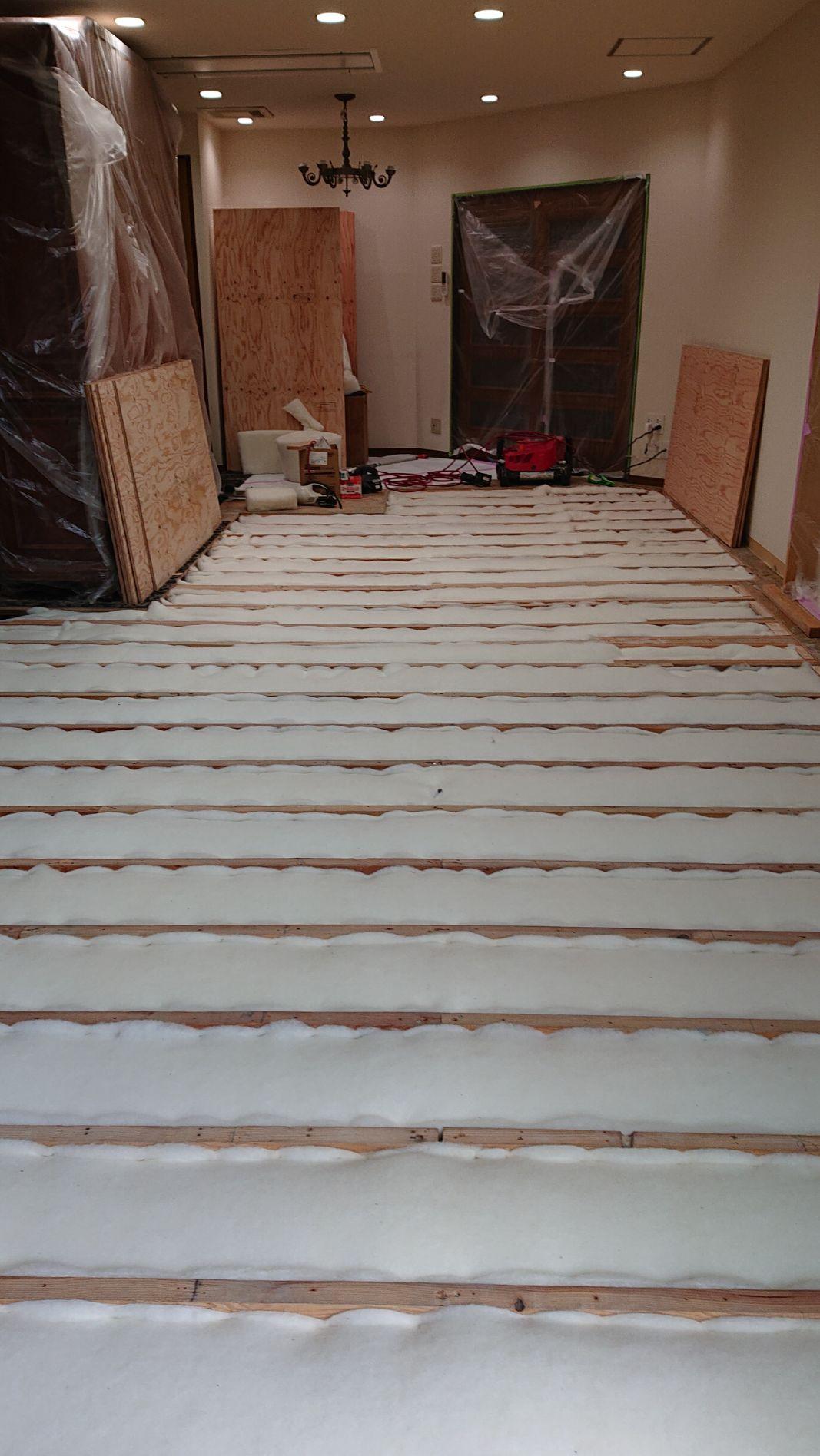 寒さ対策に、調湿性能に優れた羊毛断熱材を床下に敷き詰めました。壁内や室内には発生する結露も防止します。