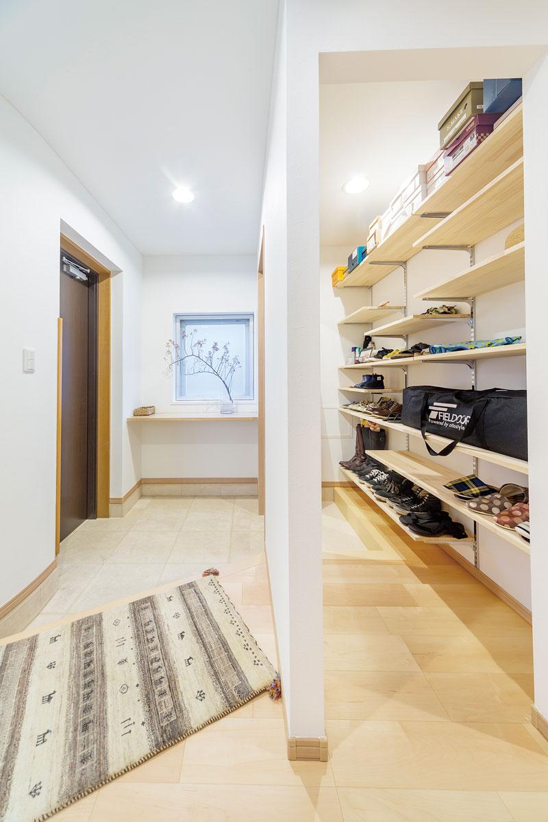 玄関前のスペースに壁を1枚設置することで、家族用玄関とシューズクロークを設置して整理しやすく