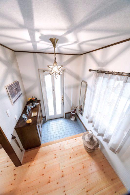 クロスや照明を変えて、若いご夫婦らしい明るい雰囲気に変わった玄関。