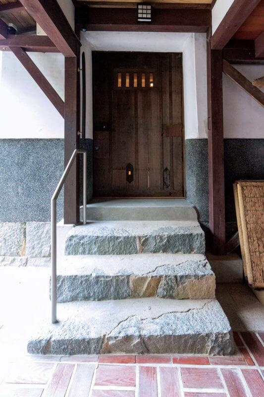 表から見た玄関の蔵戸。開閉のスムーズさはもちろん、施錠部分を追加し防犯性も高めています。
