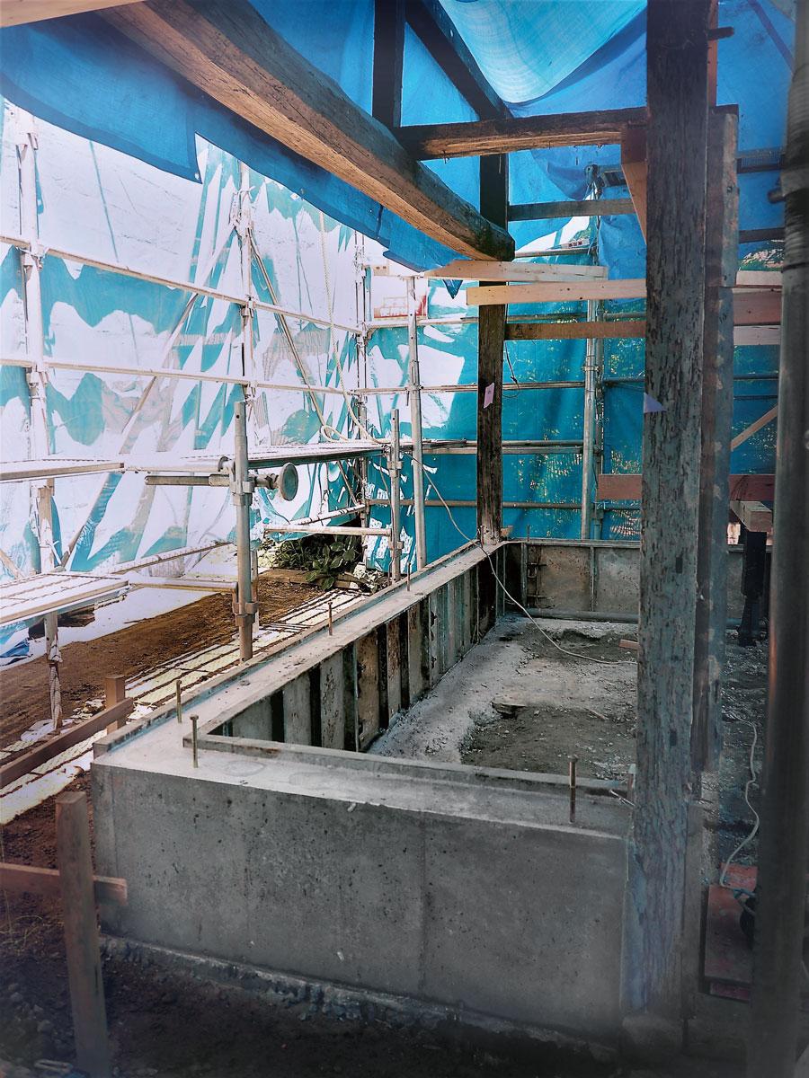 修復中の様子。耐震性と防湿性をもたせるため鉄筋入りの基礎を施工。