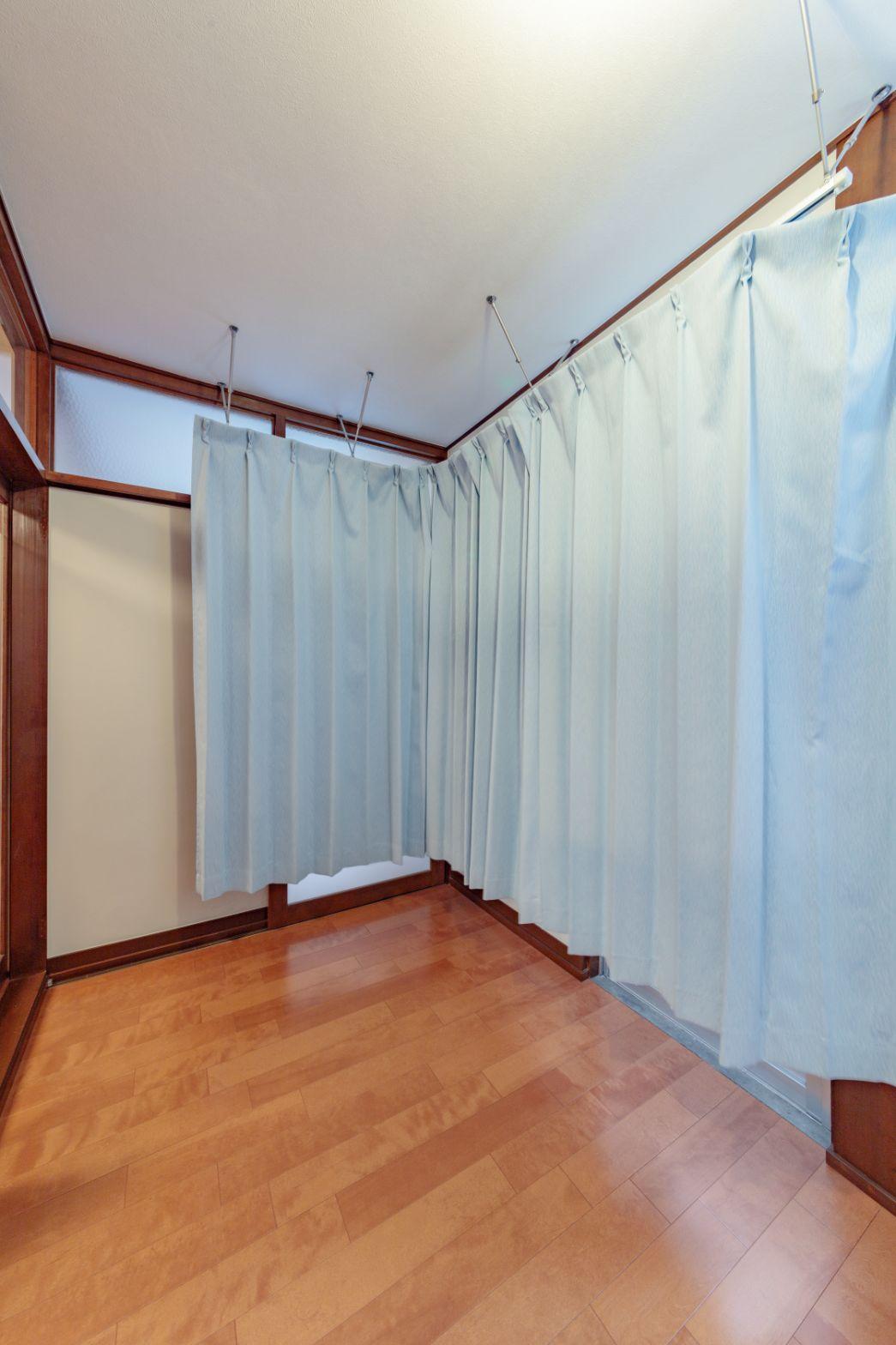 店舗とプライベート空間を仕切るカーテンは、診療室にあったカーテンを移設したもの。