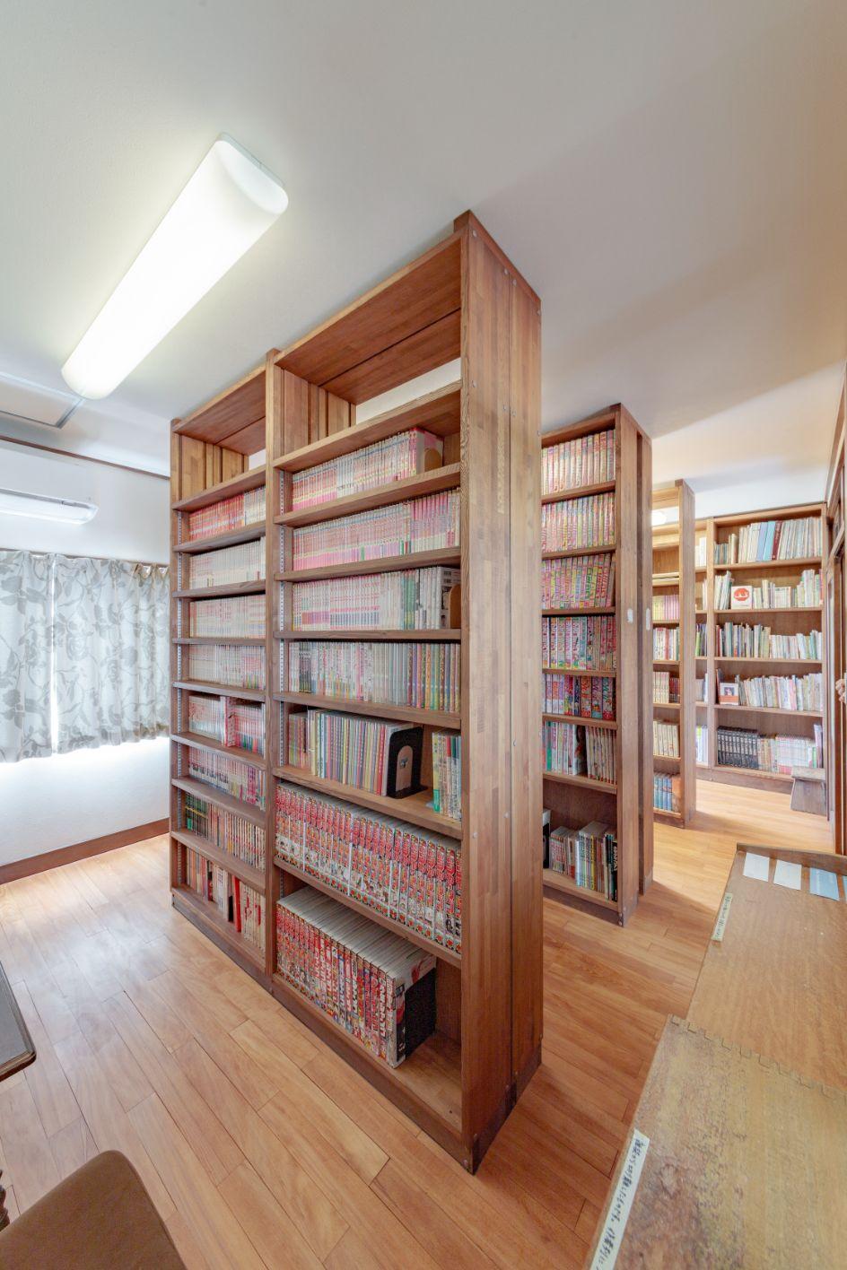 2階の書庫には、約6,000冊の蔵書が機能的で美しい書棚に並びます。