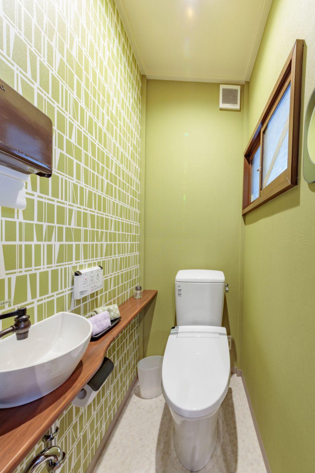 電車の椅子の緑と茶色でコーディネートしたトイレ。