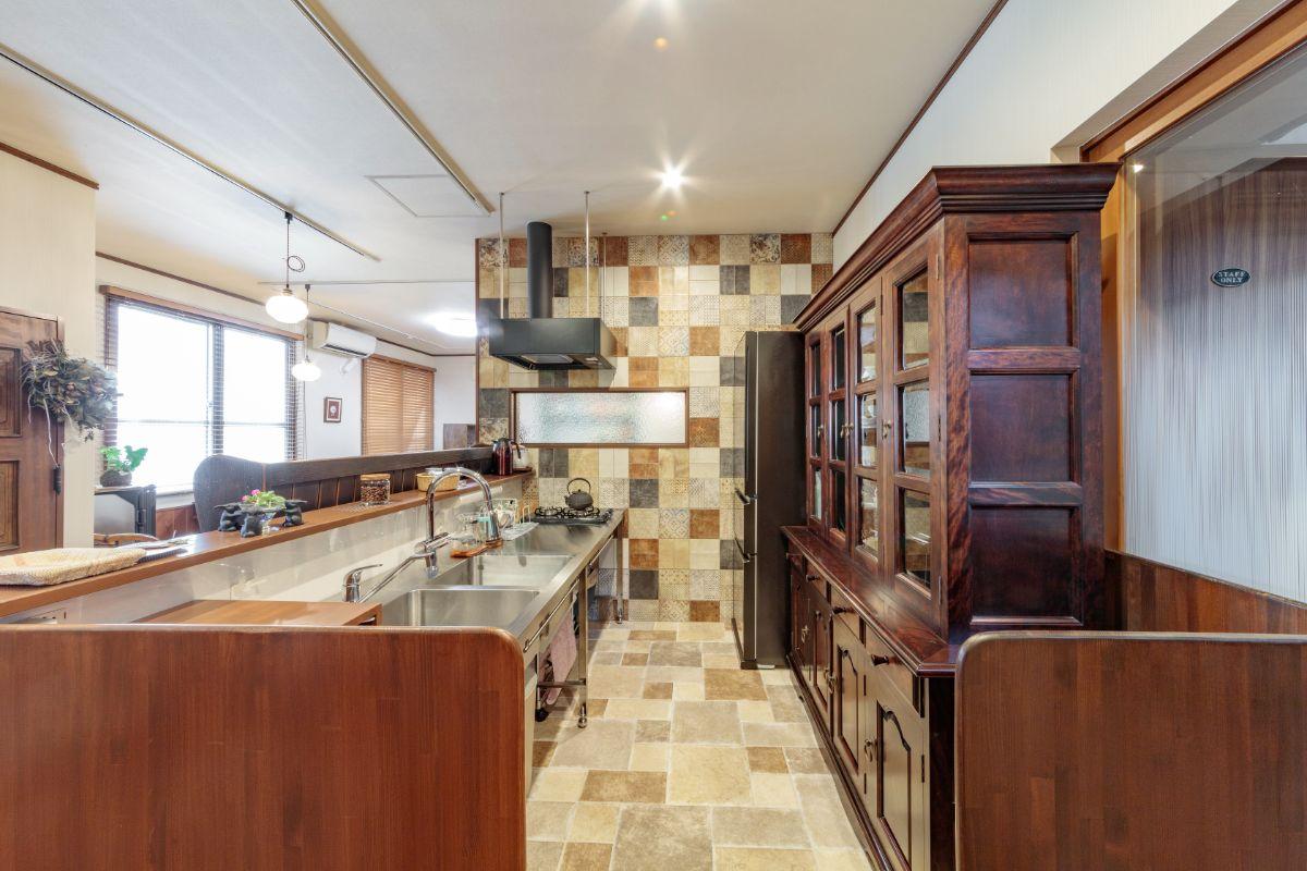 店舗の基準を満たすキッチンをオーダーで造作。床には、壁のスペインタイルと同じ雰囲気の長尺シートを敷きました。