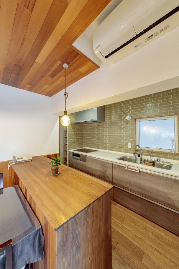 壁向きキッチンの前面に貼ったタイルが、部屋の美しいインテリアに。