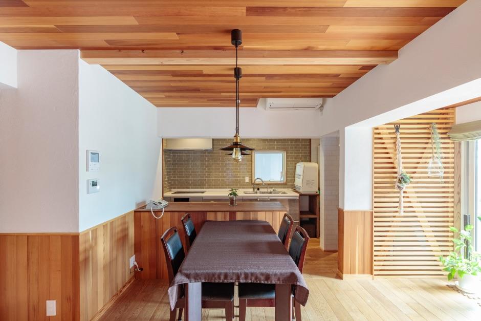 配膳や食器の受け渡しに便利なダイニングカウンターは、腰壁の高さに合わせて造作。
