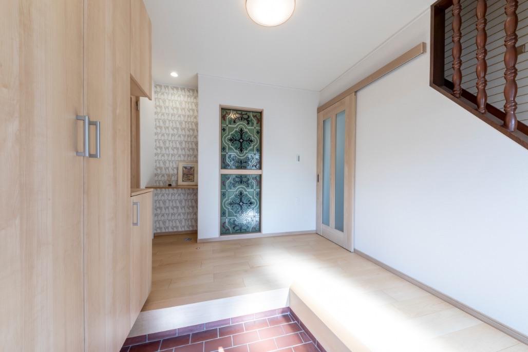 光を透過して美しいステンドグラスが玄関でお客さまをお出迎え。ホールには猫用トイレスペースを設置。