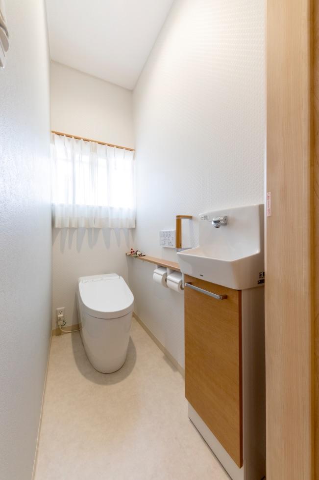 古くなったトイレを一新。扉はぶつかりに配慮して、大きく開かない折れ戸にしました。