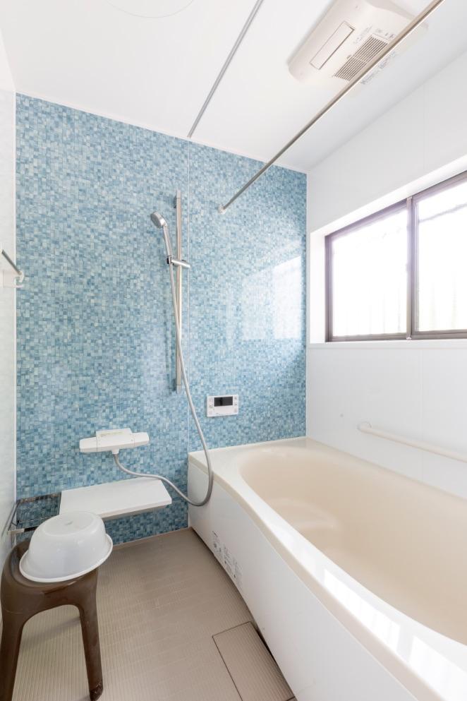 タイル貼りで寒かった浴室は、保温性高く、床もひんやりしないユニットバスに。浴室乾燥機も取りつけました。