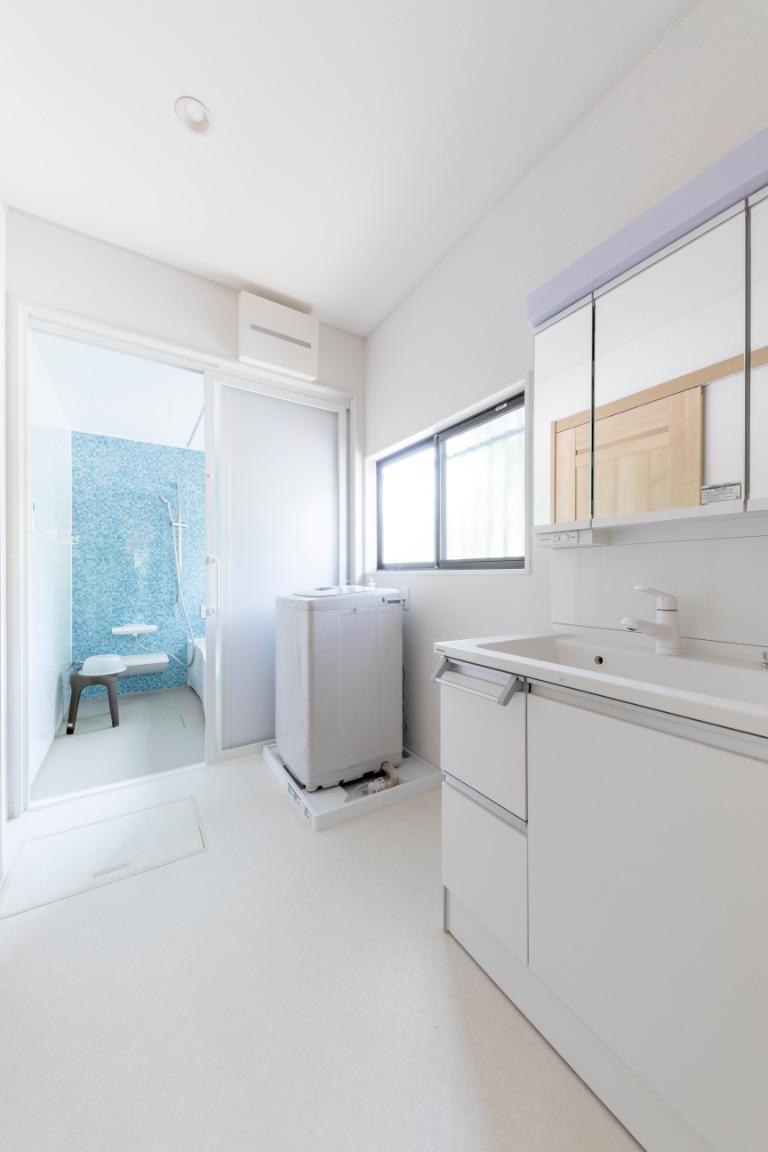 変形で狭かった洗面室を、広く使いやすく。キッチンと家事室、両方に出入り口を設けました。