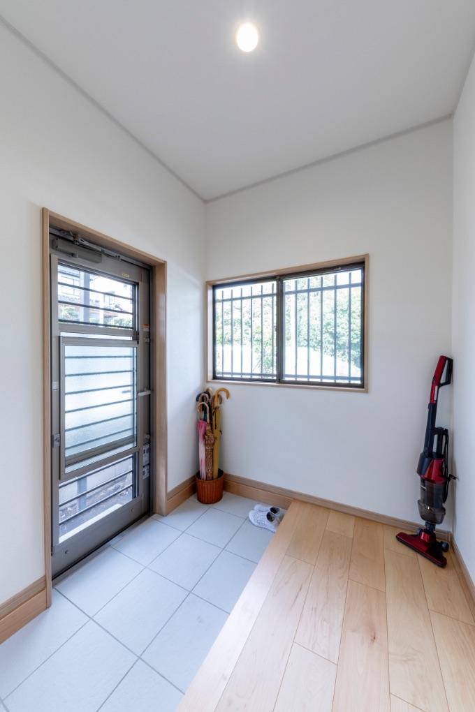 ドアをつけ替え、室内のたたきを広く取った勝手口。滑りにくいタイルで、雨や雪の日の出入りも安心です。