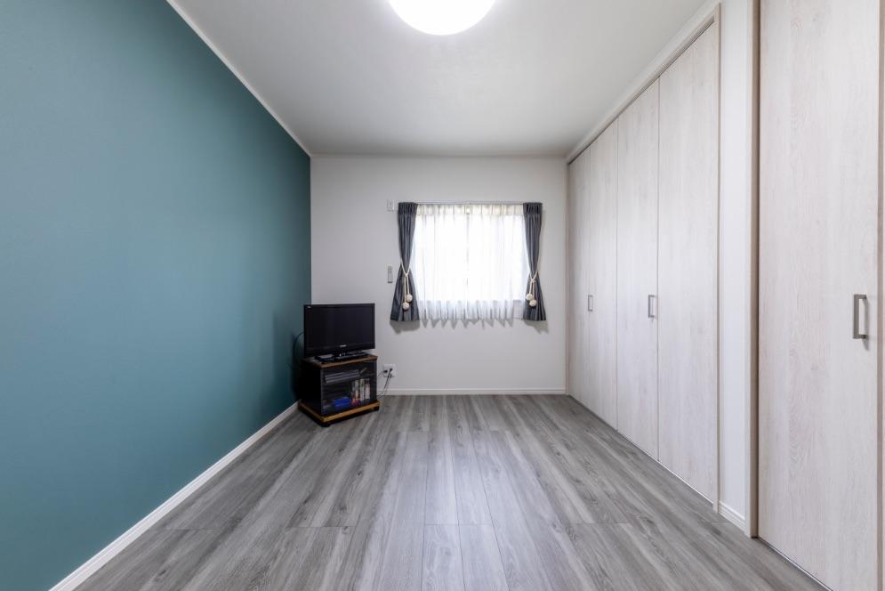 和室から洋室へ変更した寝室は、モノトーンで統一。窓は掃き出しから中連へとサイズ変更。