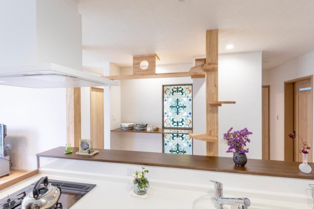 取れない柱やデッドスペースはキャットウォークやカウンターとして活用。