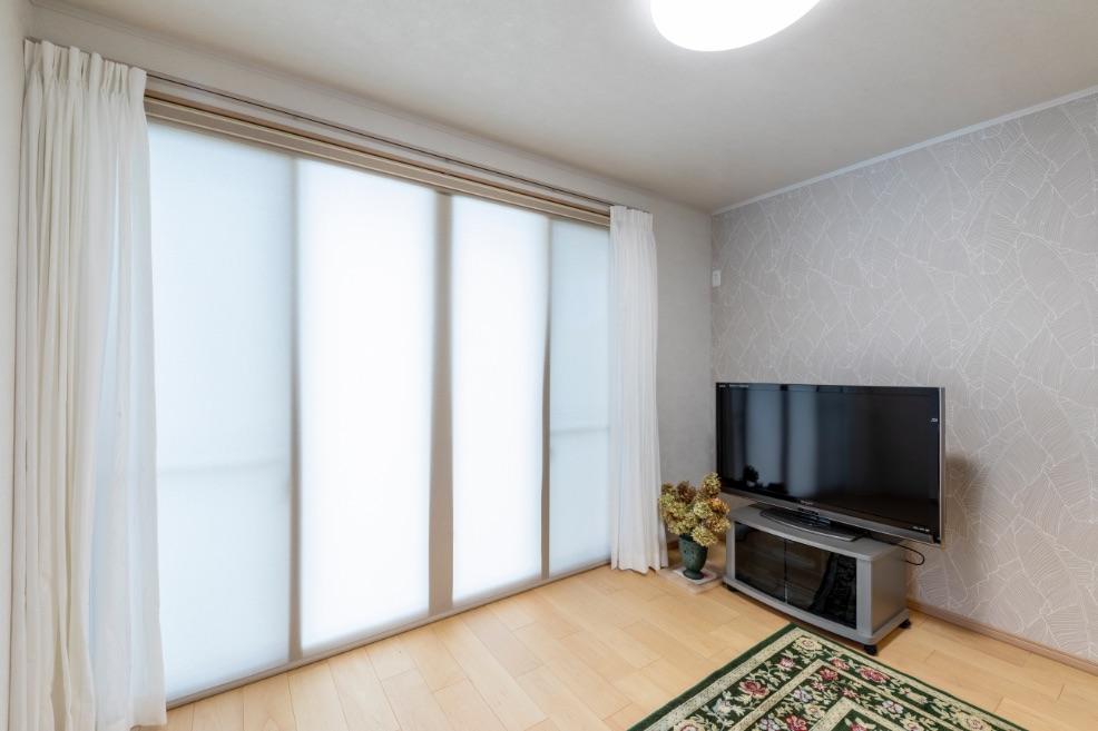 リビングに設置した大型の掃き出し窓が、部屋の奥まで光を取り込みます。庭への出入りもスムーズ。