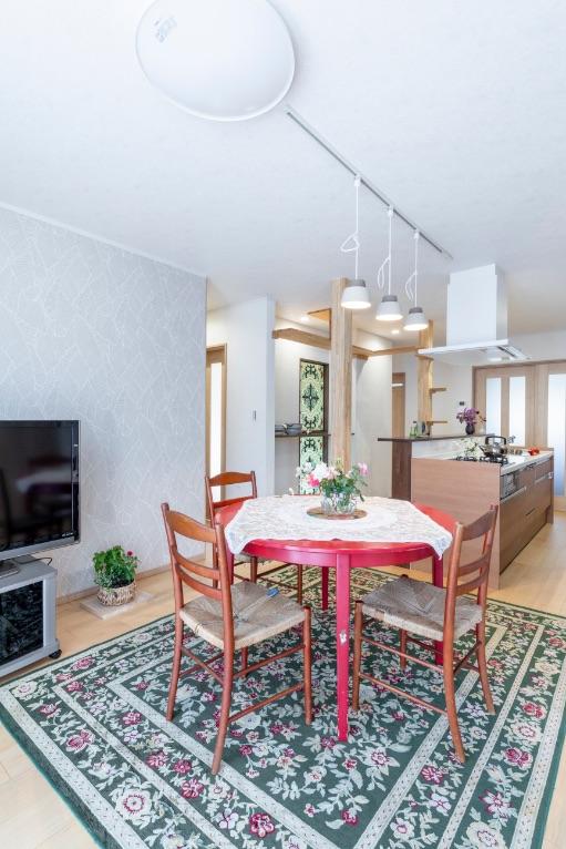 段差を解消したLDK。キッチンとダイニングテーブルの距離が近くなり、家事もさっとこなせるように。