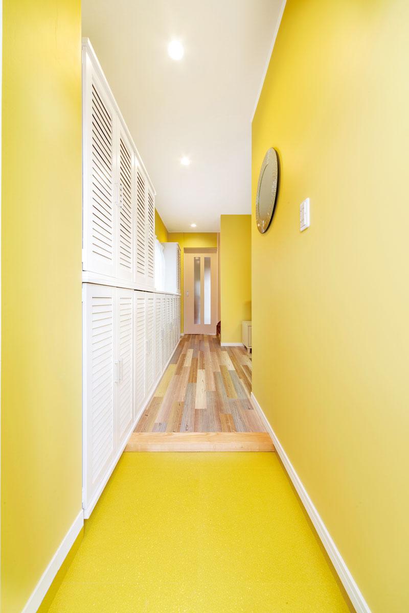 玄関から見た光景。以前は廊下でしたが右側にあった間仕切りを取り払って開放感が生まれました。