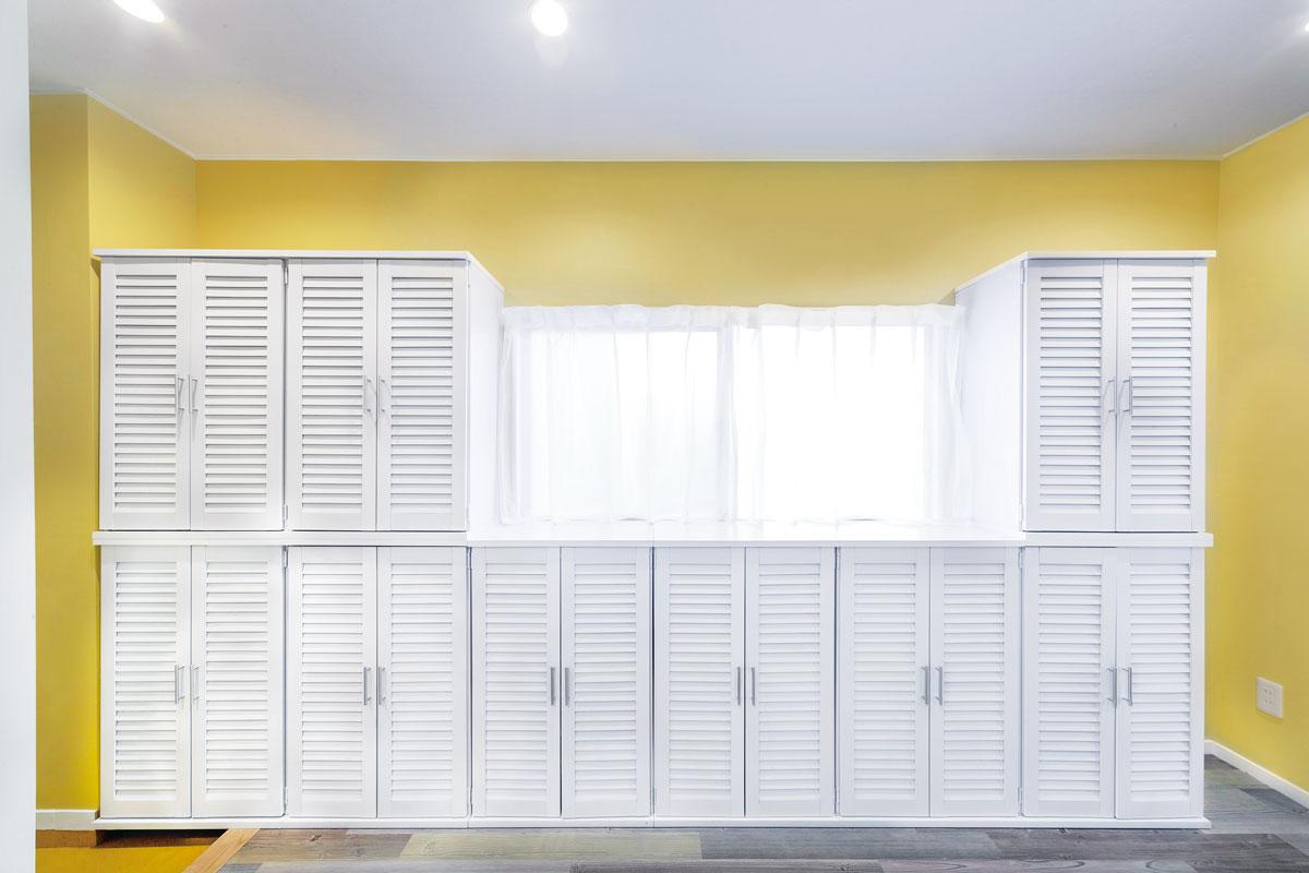 窓を塞がないようにイケアの収納棚を配置。真っ白なので圧迫感がなく、空間を明るい印象に。