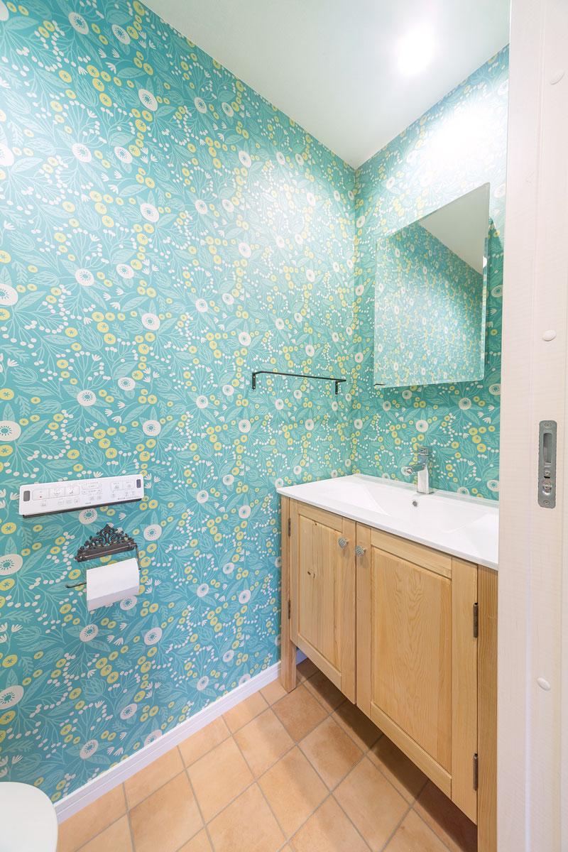 トイレの向かい側のスペースを活用して洗面台と鏡を設置しました。