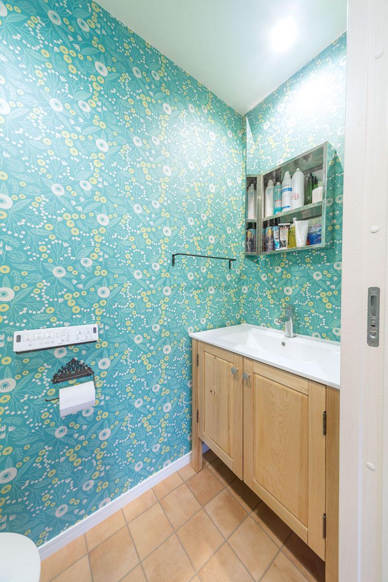 鏡は海外の洗面室をイメージしてインターネットで探したもの。鏡を開けると収納に。