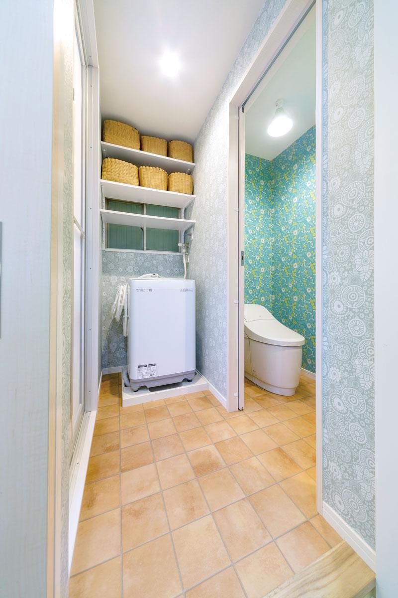 洗濯機スペースとトイレの床を同じフロアタイルにしたことで、掃除がしやすく広く感じる視覚効果も。