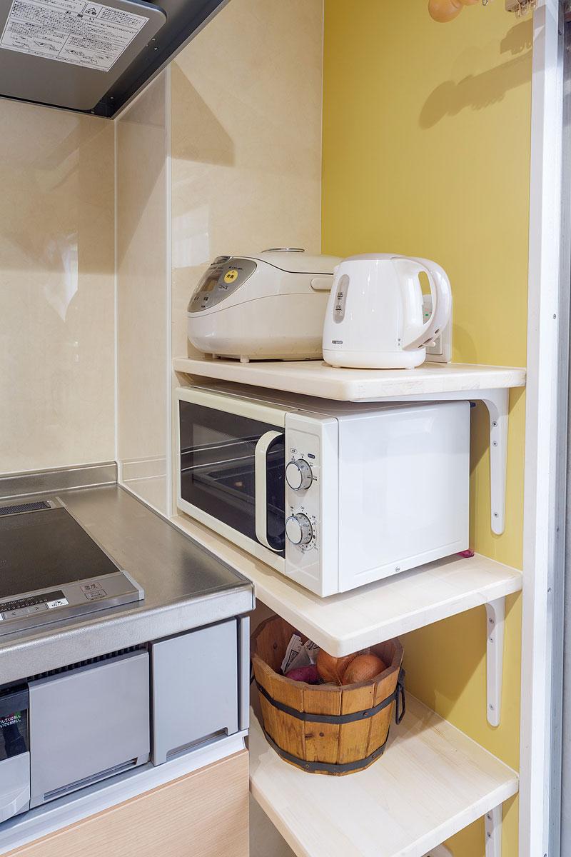 キッチン台と壁のわずかなスペースも無駄にせず棚を設置して家電置き場に。