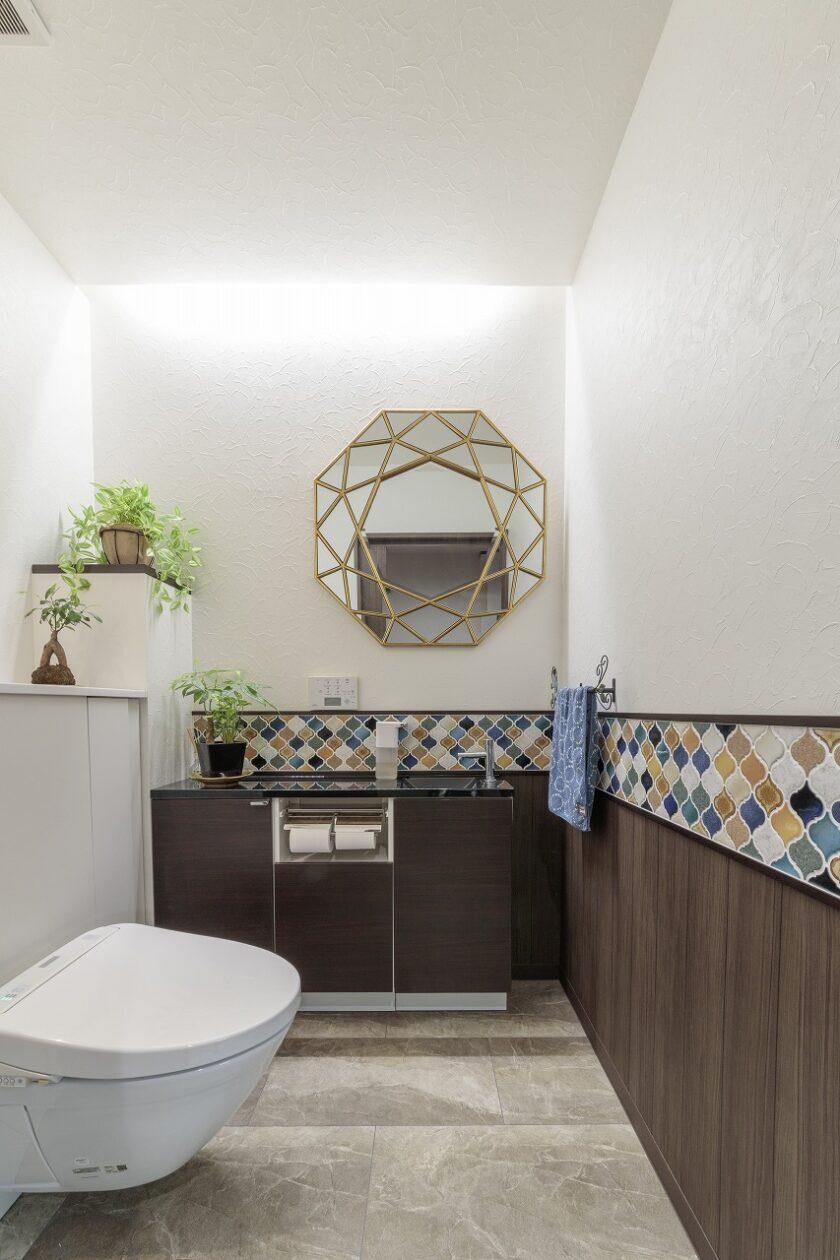 新たに設置したトイレは車椅子でも入れる広さ。手入れのしやすいフロートタイプで、タイルや鏡。棚やコーナーにもこだわりました。
