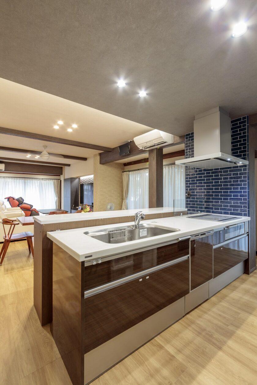 キッチンは大勢が出入りしやすいオープンなアイランドタイプ。背面のパントリーとキッチンは回遊でき家事効率が向上しました。