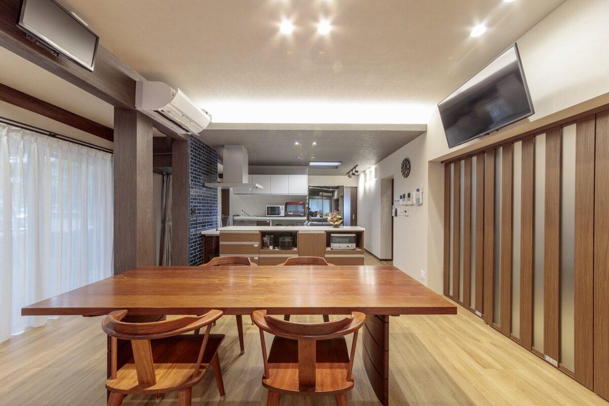 ダイニングテーブル左側はもとは廊下でしたが、取り込んで広い空間に。キッチンのタイルや天井の間接照明がアクセントに。