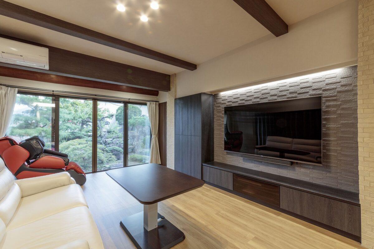 大型の窓に交換したことで、立派な庭をゆったりと眺められるリビング。断熱サッシで寒さ暑さ対策も考慮しています。