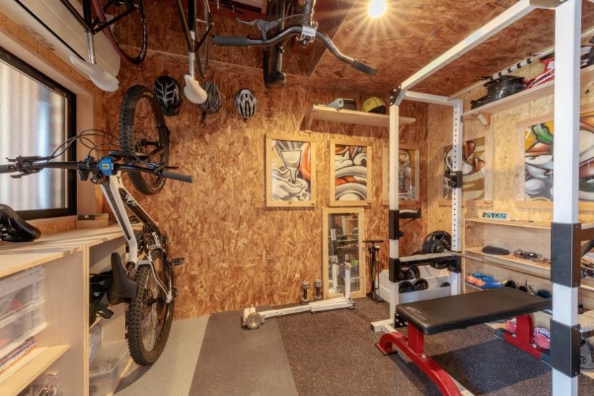 2階にあったトレーニングルームは、階下への音や家族にも気兼ねなく使える1階に分離。