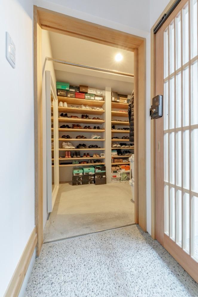 玄関脇には、ハンガーポールや大型の鏡を設置した便利なシューズクローク。