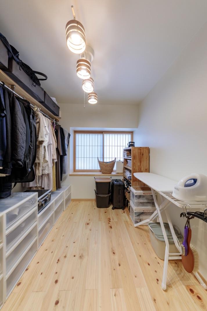 収納は家事室を兼ねた大型のウォークインクローゼットに集約。