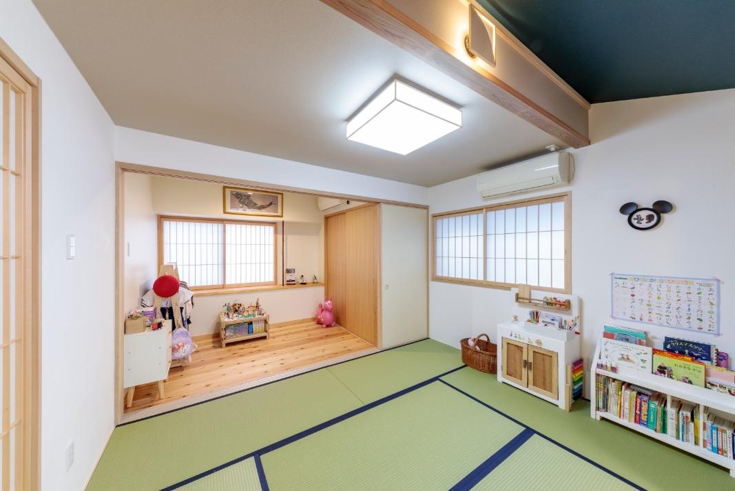 和室の勾配天井のアクセントクロスと畳縁(たたみべり)の色を合わせました。