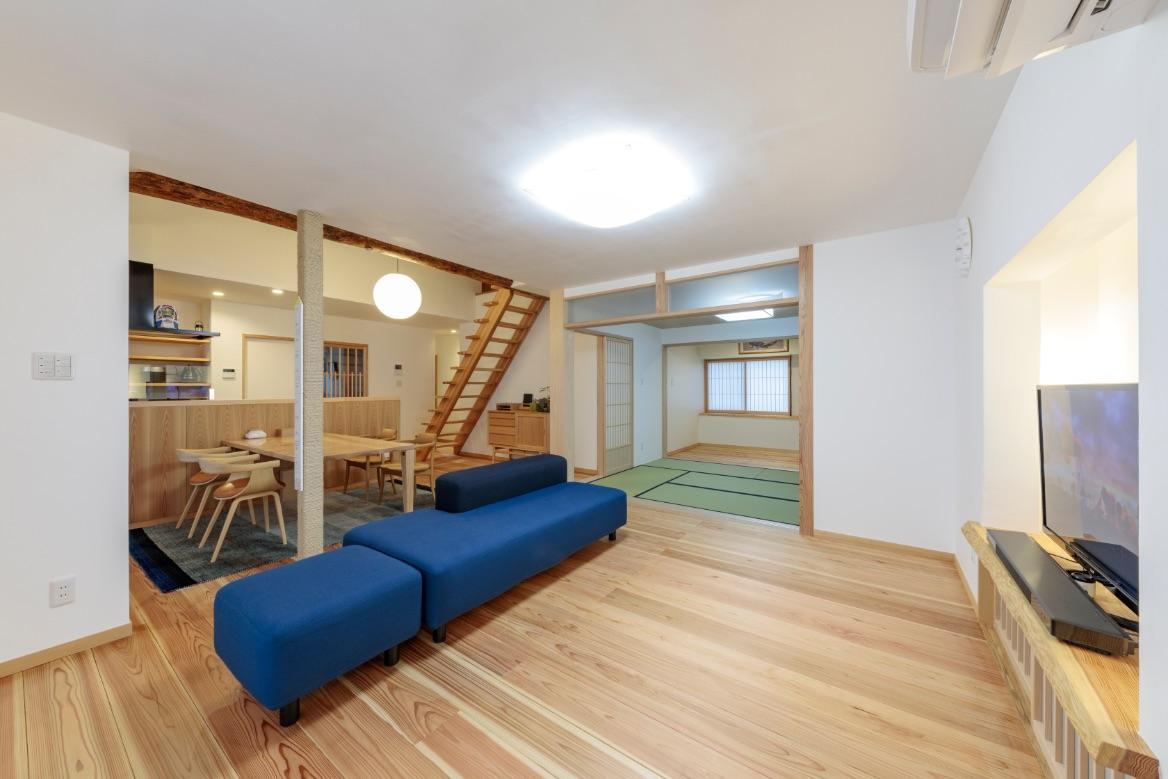 窓からの光と、照明を漆喰の壁や天井に優しく反射させて拡散。明るさと広がりのあるリビング。