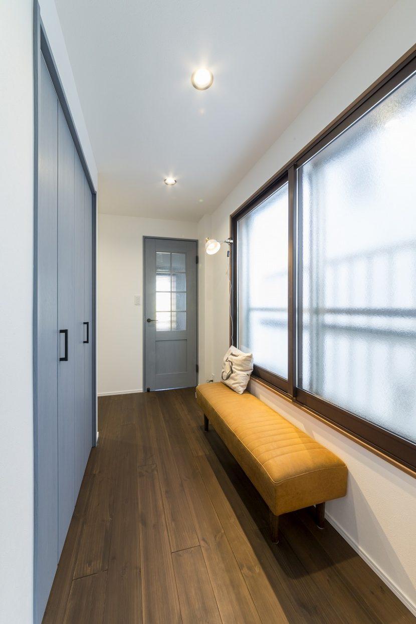 広さのある2階廊下にはベンチや照明を設置。遊び心のある空間です。