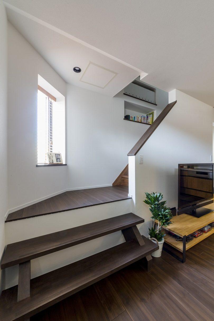 架け替えた階段のステップはちょっとしたベンチ代わりに。壁厚を利用した書棚のアイデアも◎