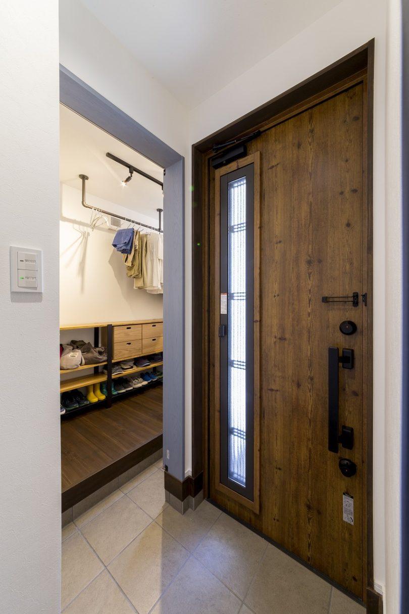 玄関入って右側にはファミリー玄関とクローゼットを配置、左に行けば直接リビングへ。