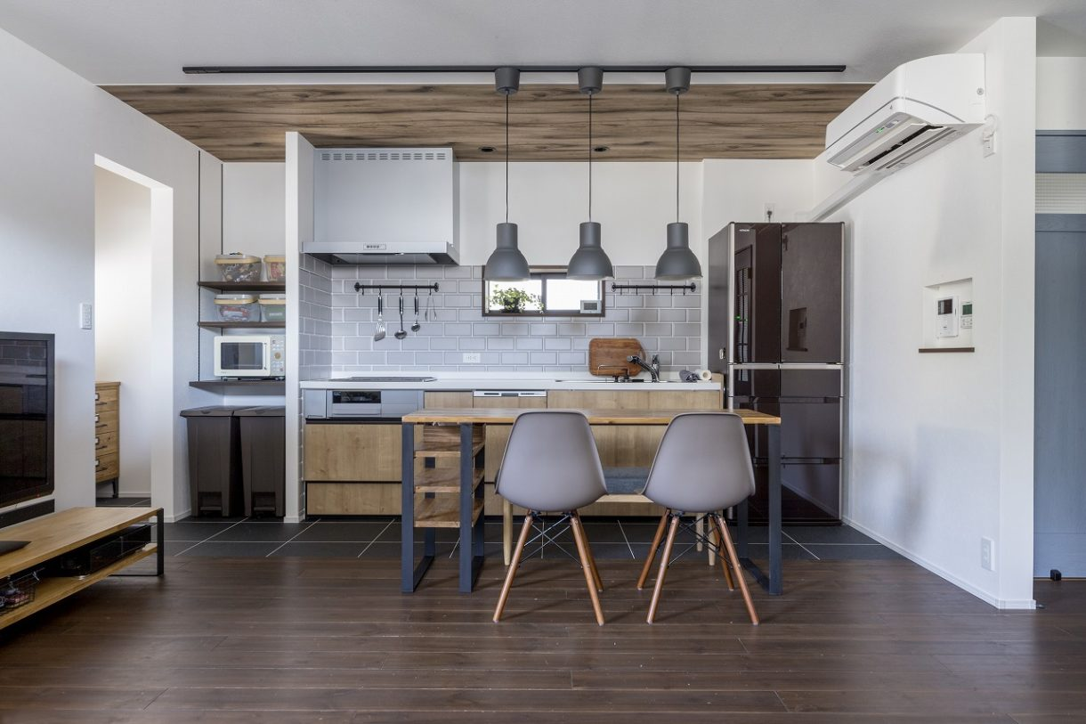 気に入ったIKEAの雰囲気を参考に、キッチン前面のタイルや木目を選択しました。