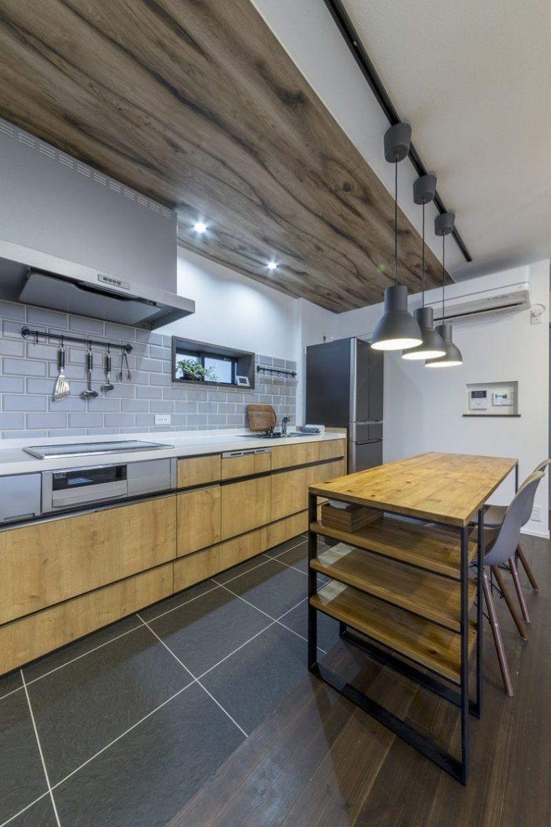 キッチンは限られた空間を考慮して壁づけに。アイアンバーやペンダントライトはIKEAで。