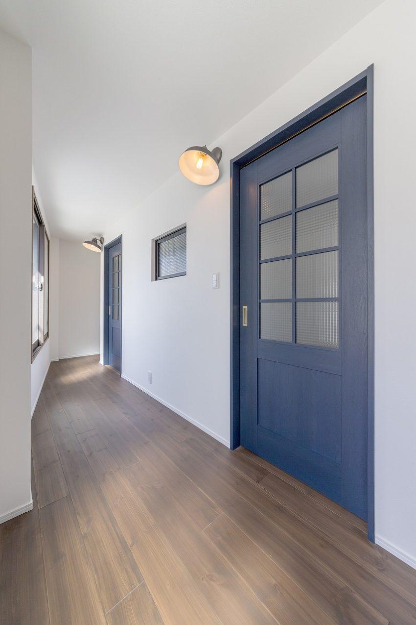 子ども部屋のドアは学校の廊下をイメージしました。ガラス入りのリビングドアを使用。