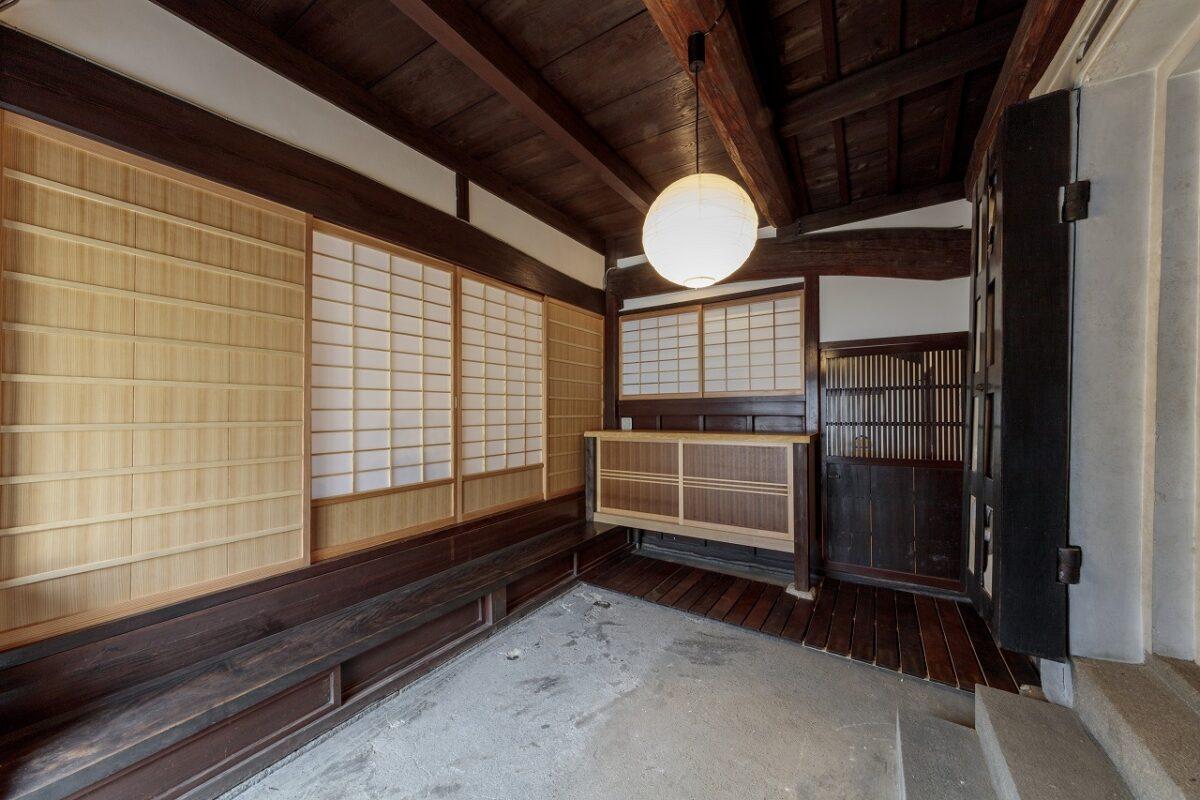 下駄箱は玄関土間に合うように造作。その上の障子と写真左側の建具はガラス障子から新しくしました。