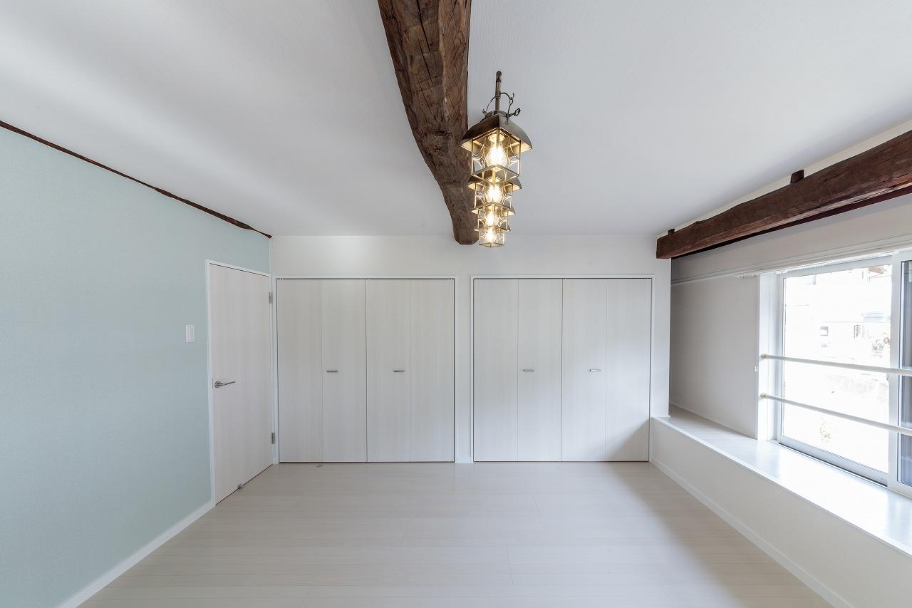 2階の二間の和室は子ども部屋に。低かった天井は、梁を現しにし高さを確保。アクセントクロスで可愛らしく。